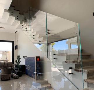 מעקות זכוכית למדרגות על מנטים (5)