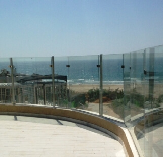 מעקות מזכוכית למרפסת