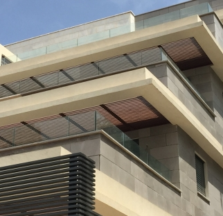 מעקות מעוצבות למרפסות בניין