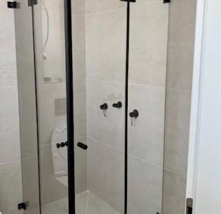 מקלחון זכוכית פינתי 2
