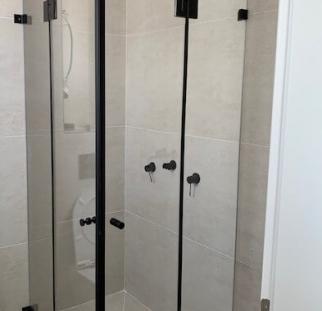 מקלחון זכוכית פרזול שחור