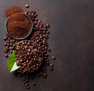 מראה קפה על בטון שחור