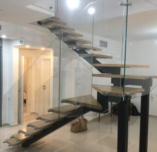 עיצובים מזכוכית עם מדרגות עץ אורבני