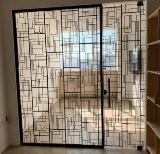 קיר מעוצב מזכוכית