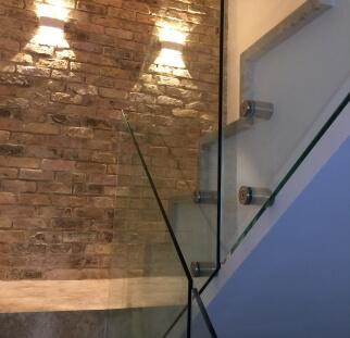 שילוב של זכוכית עם קיר ירושלמי תאורה יפה