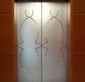 דלת באמצעות חיפויי קרמי