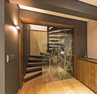 דלת כניסה למבנה מזכוכית בעיטור עץ