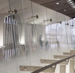 מעקה זכוכית לגובה