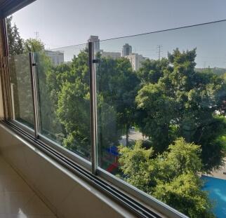 מעקה זכוכית על עמודי נירוסטה