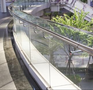 מעקות זכוכית בשטחי ציבור  (24)